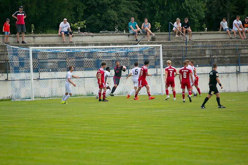 Fotbalisté Vyškova si Uničovem vyzkoušeli své nové domác íprostředí pro II. ligu na stadionu v Drnovicích.