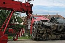Hasiči museli kamion za pomoci jeřábu odtáhnout.