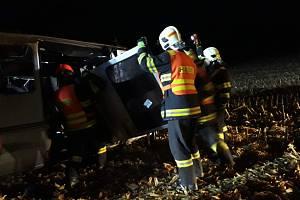 Zásah hasičů, zdravotníků i policistů si vyžádala nehoda mikrobusu k níž došlo v noci na neděli u Nesovic na Vyškovsku. Nehoda se stala  krátce po půl čtvrté ráno na 29,5. kilometru silnice I/50 kousek ve směru na Brno.