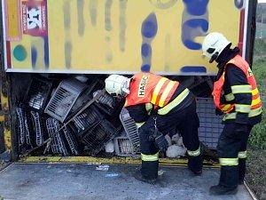 Kamion převážející víc než dva tisíce králíků havaroval. Sjel do příkopu