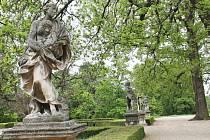 Přestože rozsudek není pravomocný, podle Okresního soudu ve Vyškově patří sochy v areálu slavkovského zámku městu. Může požádat o dotace na opravu.