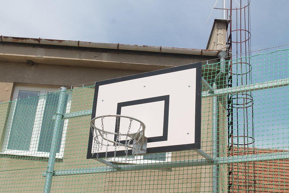Na hřišti si zájemci zahrají i košíkovou.