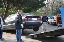 Velké trable způsobil odtahové firmě Citroen odstavený poblíž vyškovských tenisových kurtů u domova důchodců.
