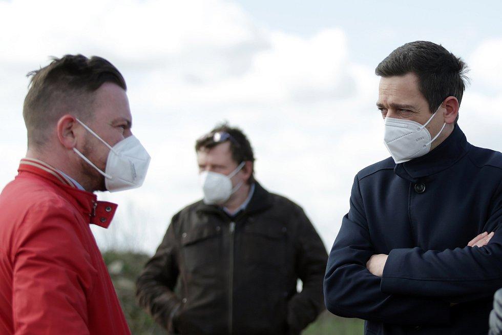 Starostové okolních obcí si začátkem dubna prohlédli skládku ve Vážanech nad Litavou. Podívali se na vrchol třicetimetrové hromady, která skrývá několik milionů tun odpadu.