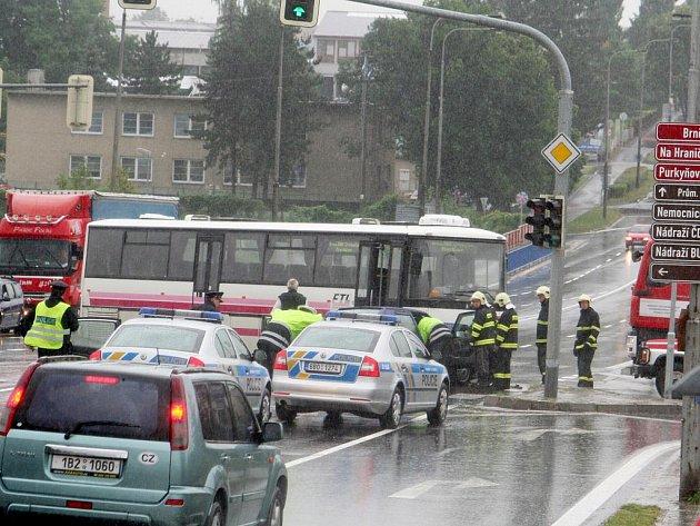 U autobusového nádraží ve Vyškově se srazil autobus s osobním autem.