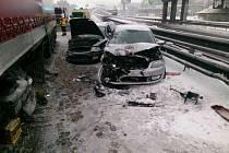 Zbytky sněhu leží i na dálnicích D1 a D2 a na dálnici D46 navíc situaci komplikuje dopravní nehoda dvou osobních aut a kamionu.