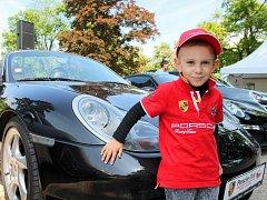 Majitelé a příznivci značky Porsche se sešli v zámecké zahradě ve Slavkově u Brna. Z akce chtějí udělat tradici.
