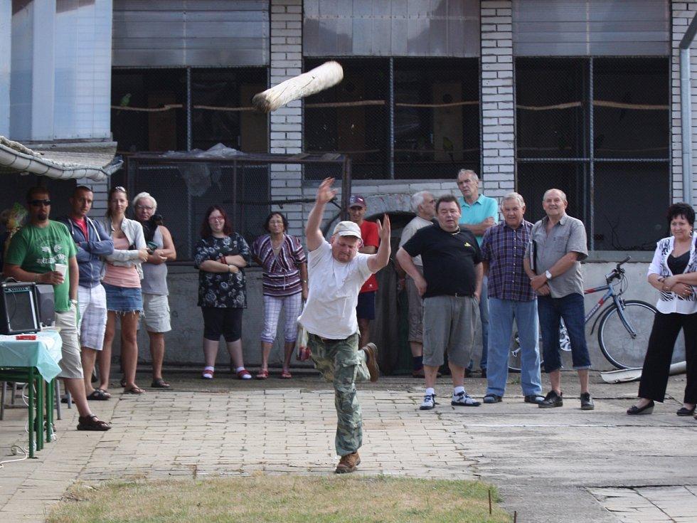 V Křenovicích po patnácti letech obnovili tradiční soutěž v házení kládou.