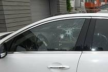Zaparkované auto zdemoloval neznámý vandal.