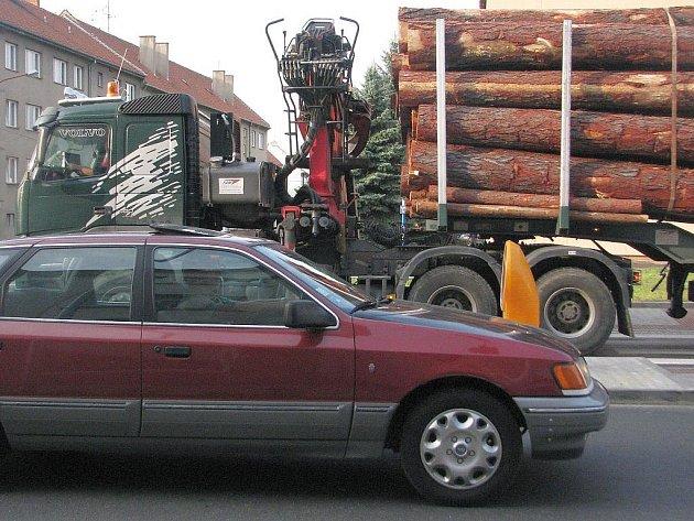 Přeložka silnice I/50 má vést přes zastavěné území Bučovic. To je hlavní důvod, proč má velké množství odpůrců. Obyvatelé centra města ale volají po jakémkoliv řešení neúnosné dopravní situace.