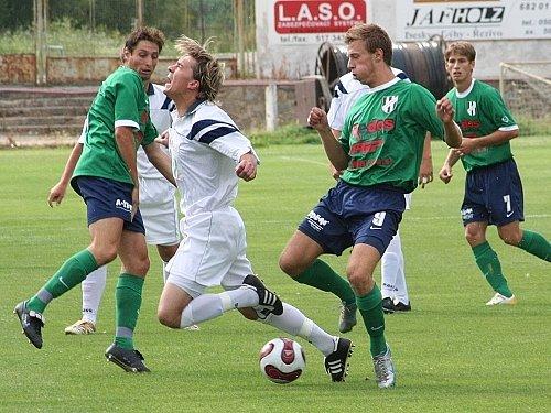 Dost tvrdých střetů jako je tento, kdy jeden z hostujících hráčů fauloval domácího obránce Lukáše Vágnera, bylo k vidění v pohárovém duelu mezi Framozem Rousínov a 1. HFK Olomouc. Druholigový favorit nakonec zvítězil o dvě branky.