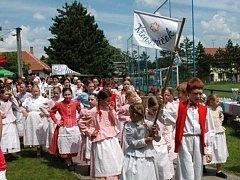 Kromě souborů z Drahanské vrchoviny a Nivnice se na třicátém ročníku folklorního festivalu Pod křenovskó majó představí i domácí Křenovák a Křenováček.