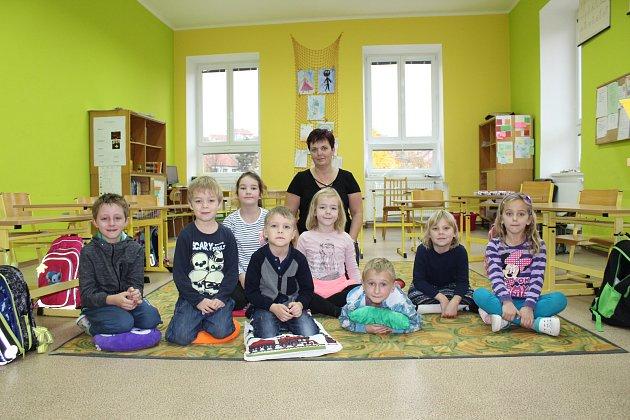Žáci 1.třídy ze Základní školy vNížkovicích spaní ředitelkou Ivonou Princlíkovou.