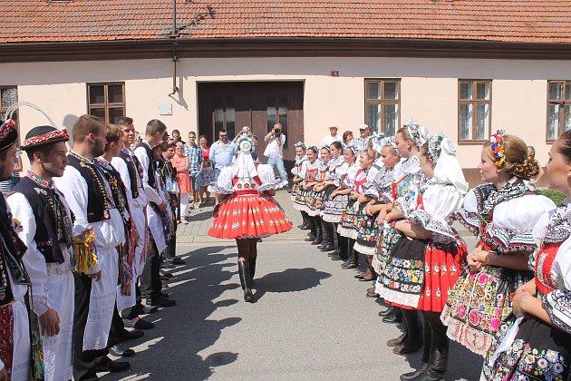 Stárci z Kroužku po sedmnácti letech oblékli kroje.