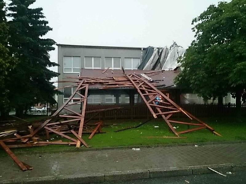 Silný vítr poškodil střechu ve Vyškově.