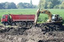 Těžká technika v těchto dnech vyváží z rybníka Kačence II tisíce kubíků usazenin.