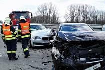 Čtyři osobní auta havarovala na dálnici D1 směrem na Ostravu. K jejich střetu došlo u Rousínova, blízko jeho místní části Čechyně.
