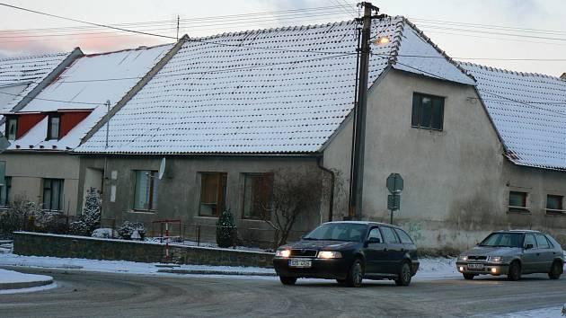Část Vyškovska pokryl sníh. Cestu řidičům zkomplikoval například i uvízlý kamion v ježkovickém kopci.