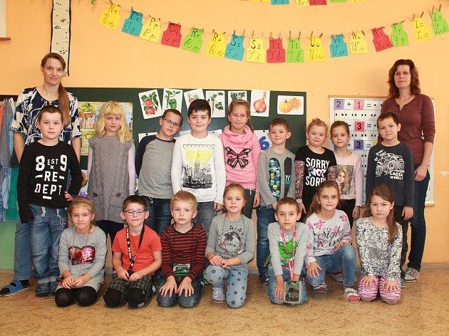 Žáci 1.B ze Základní školy vBrankovicích střídní učitelkou Martinou Paulíkovou a asistentkou Jarmilou Pěnicovou.