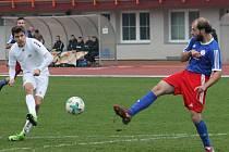 V posledním podzimním kole Moravskoslezské ligy fotbalisté MFK Vyškov (bílé dresy) porazili TJ Valašské Meziříčí 4:1.