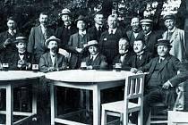 Snímek zachycuje členy Klubu turistů Noha Bučovice v roce 1937.