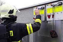 Průmyslový areál v bučovické místní části Marefy obsadila v neděli po deváté hodině ráno hasičská auta a technika. V chemické laboratoři tam došlo k zahoření v elektroinstalaci.