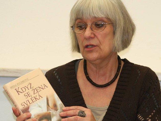 Spisovatelka Irena Fuchsová na vyškovské besedě hovořila nejen o svých knihách a divadle, ale také o společné jízdě ve vládní limuzíně s expremiérem Paroubkem.