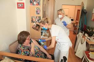 S online registrací do centrálního rezervačního systému v souvislosti s očkováním proti covidu pomohou ve Vyškově důchodcům nad osmdesát let.