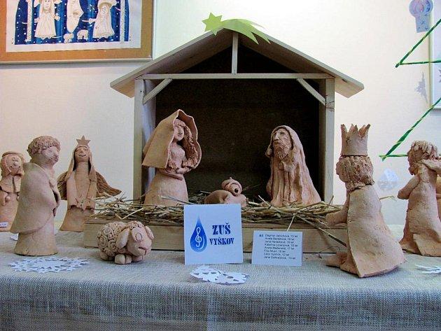 Žáci vystavují keramické betlémy ve vyškovském informačním centru.