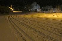 Na silnici v Krásensku podle lidí silničáři nejspíš zapomněli. Ještě v devět hodin ráno nebyla v pondělí prohrnutá.