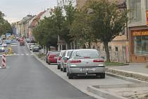 Na nový chodník, který bude nejenom lépe vypadat, ale chůze po něm bude i bezpečnější, se obyvatelé města těší.