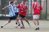 Futsalový Orel Cup provází v zimě i v létě dobrá nálada a přátelské prostředí. Stejně jako jinde i zítra na hřišti vyškovského Orla budou chtít všechny týmy uspět. Mimo jiné i týmy ze snímku z loňského ročníku, pruhovaní domácí a Autosklo Hleďa.