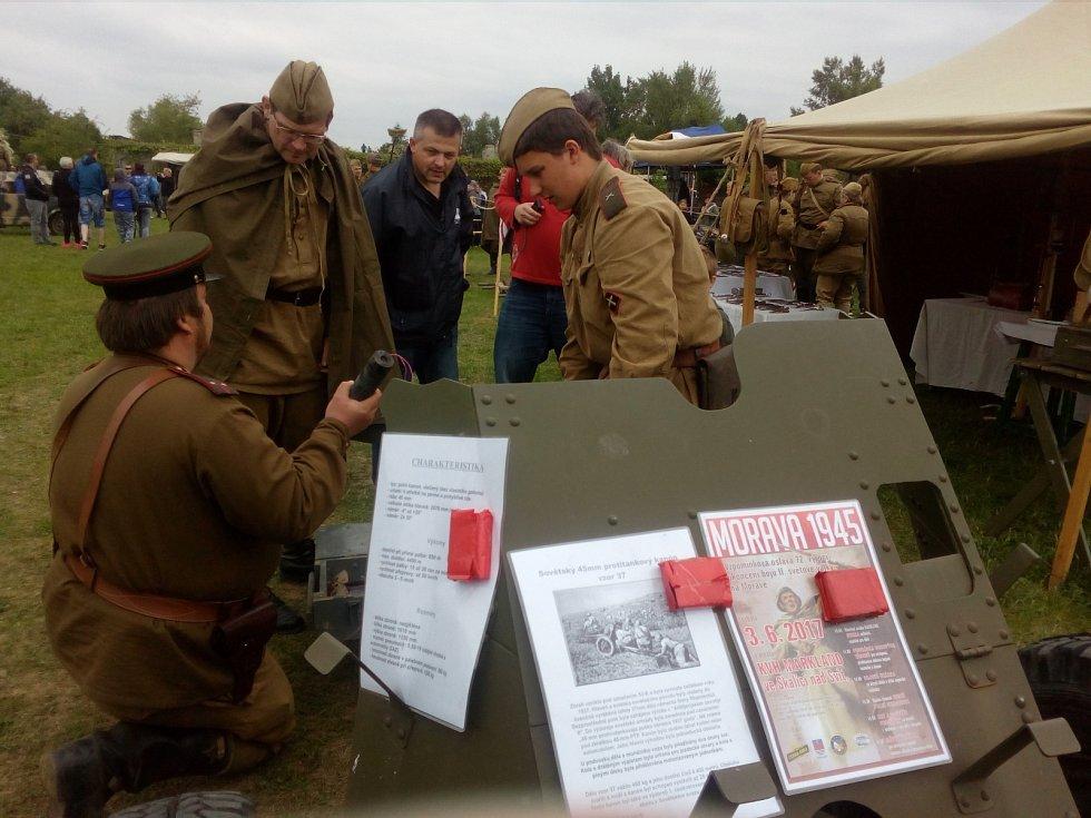 Místo zbraní košťata. I tak můžou příští rok vypadat bojové ukázky na Festivalu vojenské historie v Army Parku v Ořechově na Brněnsku.