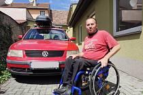 Josef Holoubek ze Slavkova se svým starým autem.