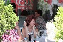 CIGARETA K PIVU. Ve Vyškově se kromě doby polední pauzy kouří uvnitř všech restaurací, na zahrádkách ohledy na nekuřáky už vůbec nikdo nebere.