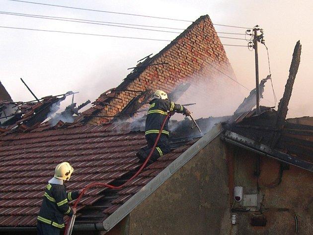 Požár zničil střechu objektu, oheň zasáhl nádoby s obsahem 500 litrů kyseliny sírové ve 33procentní koncentraci (jednalo se o kyselinu do autobaterií).