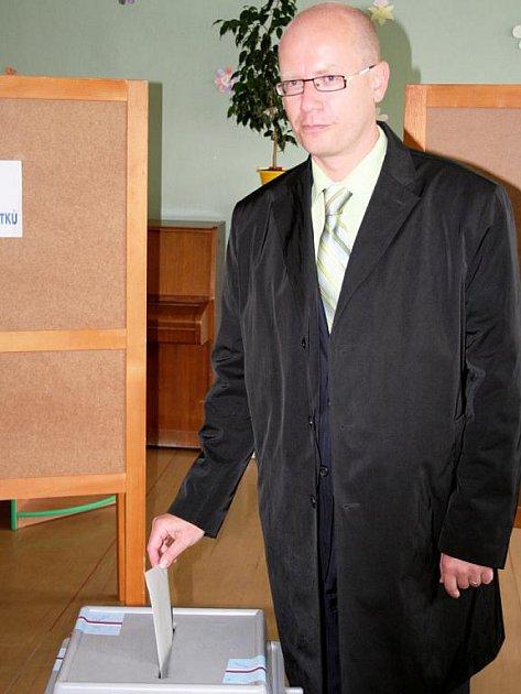 Statutární místopředseda ČSSD Bohuslav Sobotka zamířil do volební místnosti Základní školy Komenského ve Slavkově u Brna hned po 14 hodině.