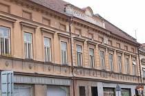 Domy na Slavkovské ulici chátrají, dotace pomohou městu s rekonstrukcí.