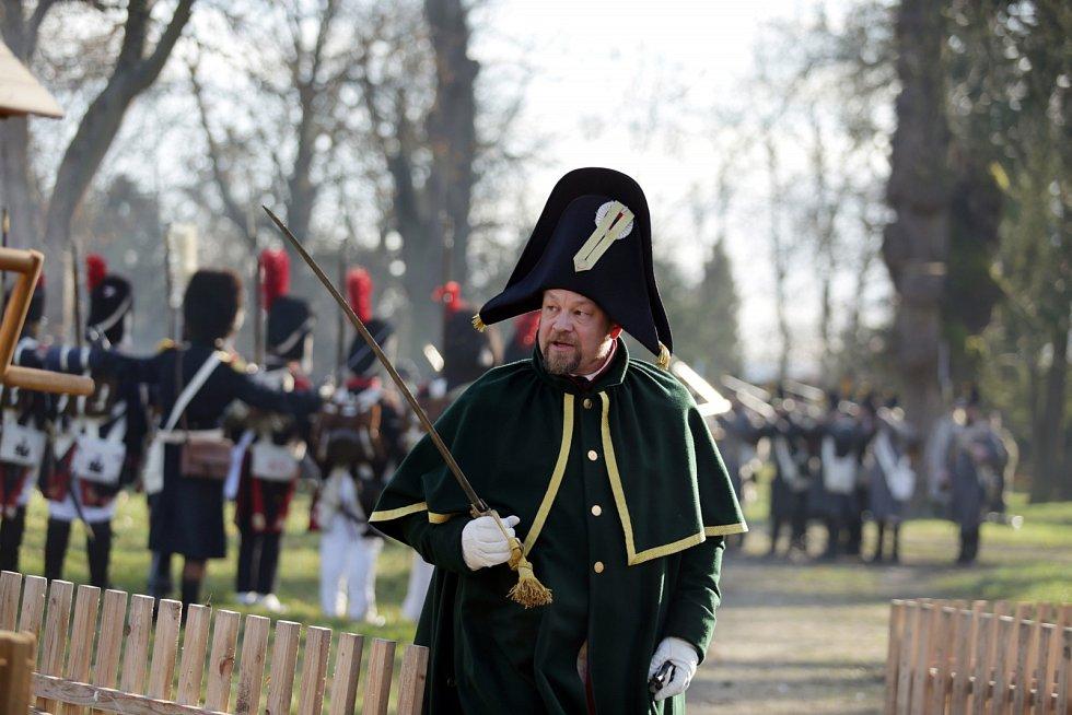V parku Zámku Slavkov bojovaly armády tří císařů o dobovou vesničku.