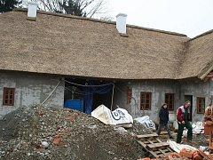 Hrubá stavba Hanáckého statku s krásnou doškovou střechou už stojí.