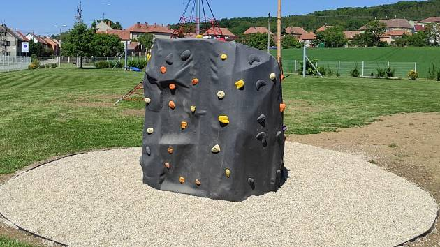 Dětské hřiště ve sportovním areálu.