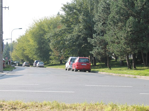 Dopravní značka, která omezovala počet stojících aut ve vyškovské ulici V Brňanech, před několika dny zmizela.