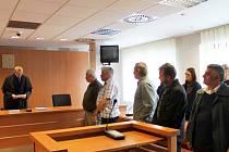Soud s pěti muži obžalovanými z obecného ohrožení v případu vykolejeného vlaku u Topolan. Snímek z roku 2016.