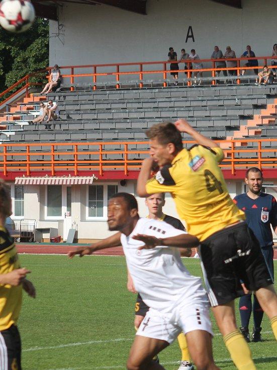 V utkání Moravskoslezské fotbalové ligy prohrál MFK Vyškov (bílé dresy) s FC Hlučín 0:1.