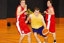 Jiří Pešek (ve žlutém) byl mezi těmi, kteří ve vyškovském basketbalovém dresu o víkendu bojovali proti přesile.