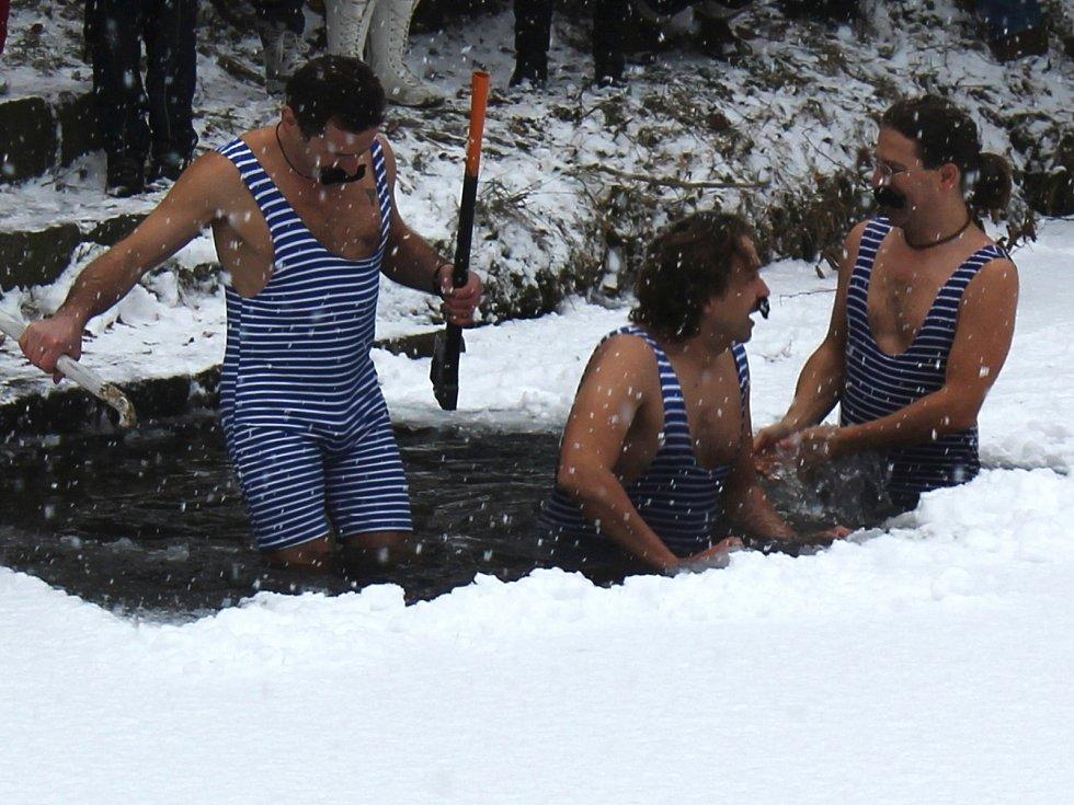Olšanští si Nový rok užili netradičně - v ledové vodě.