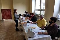 Voliči i členové volebních komisí dodržují přísná opatření i v Bučovicích na Vyškovsku.