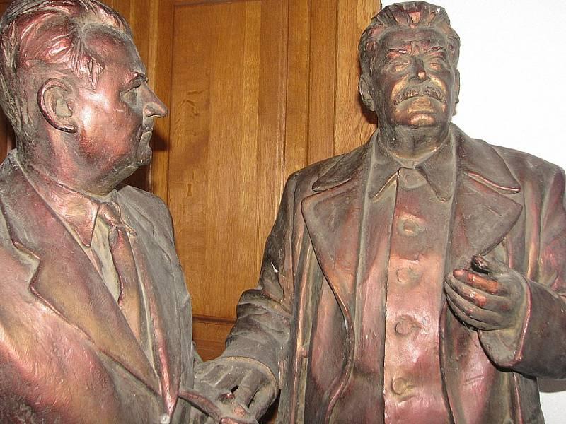 V depozitáři na dvorku Kaple svaté Anny dělalo dvěma bronzovým sochám společnost i několik bust nejen těchto dvou vůdců, ale i Josifa Vissarionoviče Stalina.