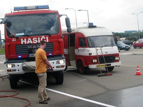 Kyselinu, která při havárii uEDP vytekla zbaterií, hasiči spláchli do kanálu.