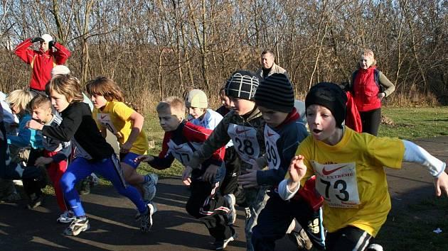 ZÁVODI ANO, VYHRÁT SE NEMUSÍ. Vyškovský Mikulášský běh je především o setkání sportovců a přátel. Výsledky se neberou moc vážně, ale závodění určitě. Svědčí o tom i fotografie ze startů jedné z nejmladších kategoriií.